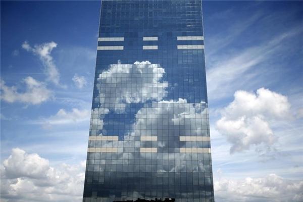 Hình ảnh phản chiếu hoàn hảo của bầu trời trên toà tháp Midi Tower, trụ sở của Cơ quan trợ cấp quốc gia Bỉ, nằm ở trung tâm Brussels.