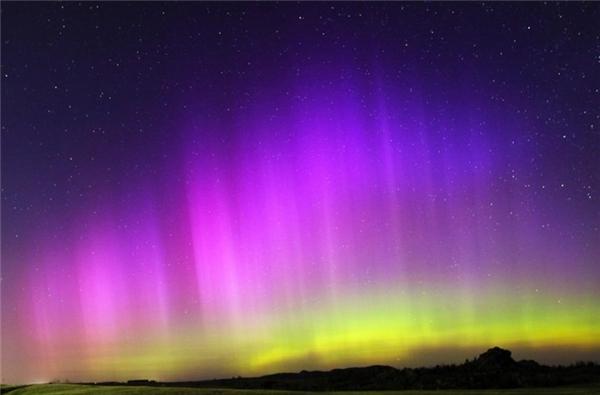 Hiện tượng cực quang đa sắc màu tuyệt đẹp ở gần khu Vedauwoo Recreation Area, giữa Cheyenne và Laramie, Wyoming.