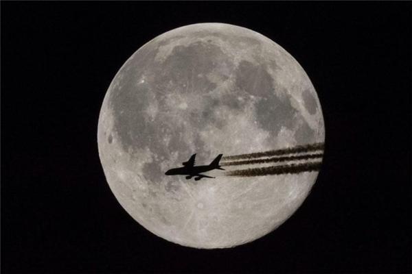 Khoảnh khắc trùng hợp ngoạn mục khiến người xem cảm giác máy bay bay ngang qua mặt trăng. Hình ảnh được chụp ở Teglas, Hungary.