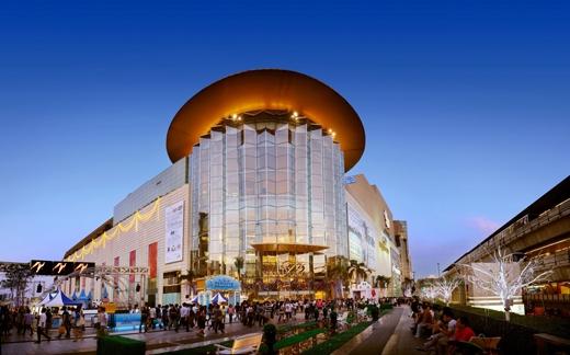 Trong khi đó, Siam Square nổi tiếng là nơi ăn chơi xa xỉ. Tại đây, bạn có thể bắt gặp những bộ trang phục đắt tiền ở Siam Paragon và Siam Discovery.
