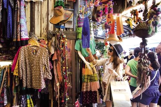 Còn đến với chợ Chatuchak, bạn sẽ có cơ hội mua tất tần tật các loại hàng hóa từ bình dân cho đến cao cấp, đặc biệt là quần áo, giày dép và các loại hàng dệt may.