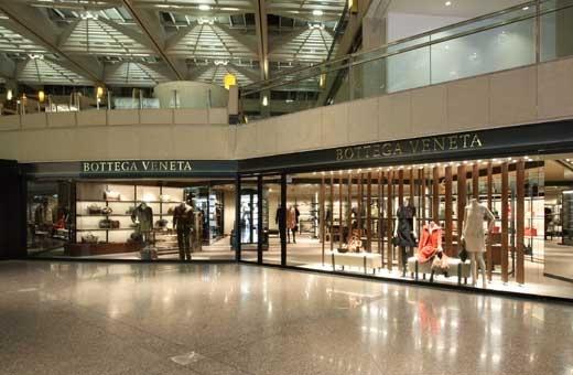 Hay bạn có thể ghé thăm trung tâm mua sắm The Landmark – một trong 10 thiên đường mua sắm lớn nhất thế giới. Nơi đây tập trung toàn những thương hiệu thời trang nổi tiếng như Harvey Nichols, D&G, Gianfranco Ferre…