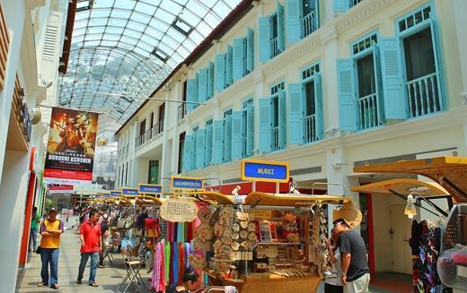Đây là nơi tập trung hàng trăm quầy hàng bày bán đĩa CD, quần áo, phụ kiện thời trang…