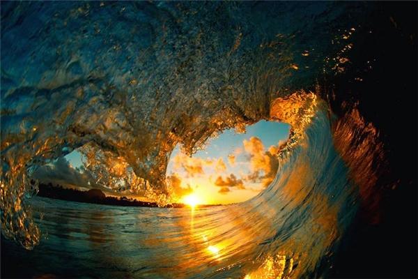 Hình ảnh sóng biển lúc mặt trời mọc tạo nên một cảnh tượng khá lạ mắt.