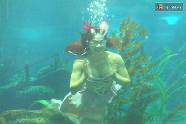 Cô gái xinh đẹp này đang mỉm cười dưới nước, vẫy tay chào mọi người.