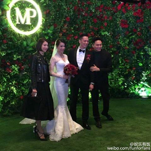 Vợ chồng Trương Trí Lâm và Viên Vịnh Nghi chụp ảnh cùng cô dâu và chú rể.