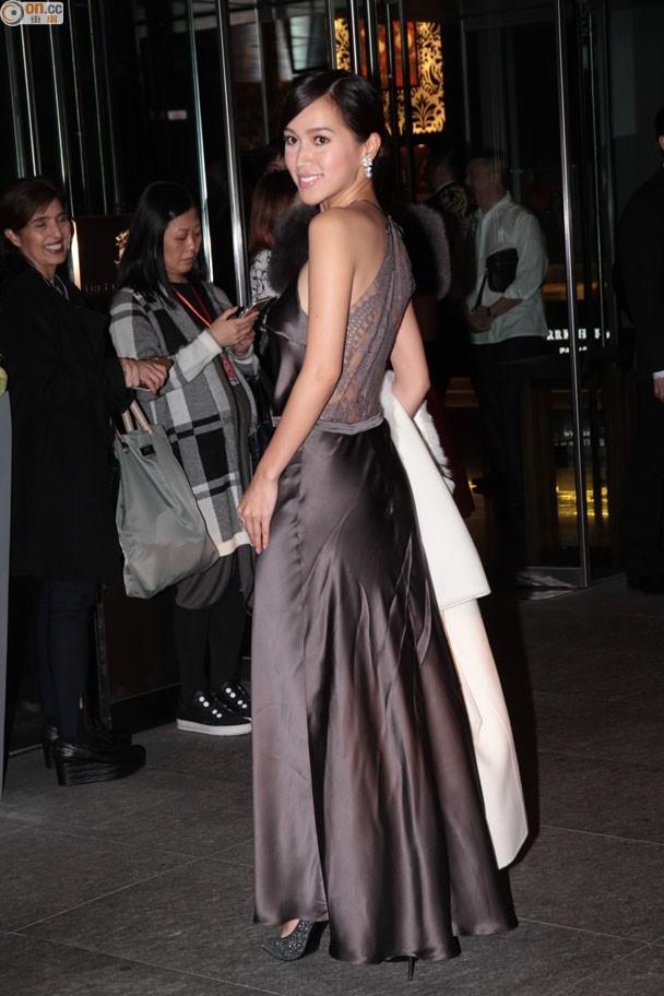 Nữ diễn viên Phó Gia Lợi gây chú ý với váy dáng táo bạo.