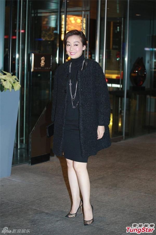 Nữ diễn viên Giang Mỹ Nghi mặc trang phục đen.