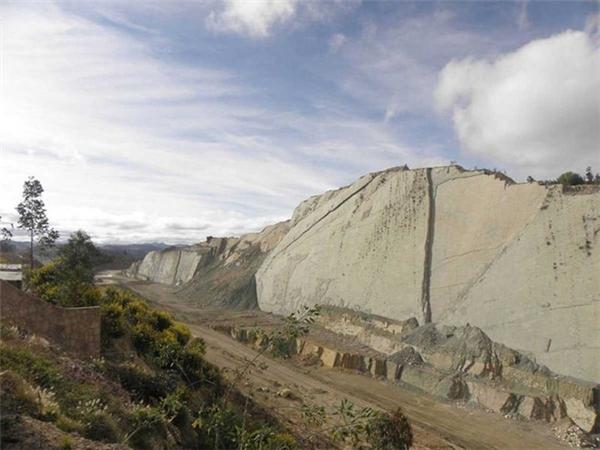 Nằm ở ngoại ô thành phố Sucre, Bolivia, mỏ đá của một nhà máy xi măng có một vách dựng đứng đầy dấu chân khủng long, lộ ra trong quá trình mở rộng mỏ. Khu vực này có tên Cal Orcko (hoặc Cal Orko) và là khu vực tập trung nhiều dấu chân khủng long nhất thế giới. Ảnh: Hanumann/Flickr.