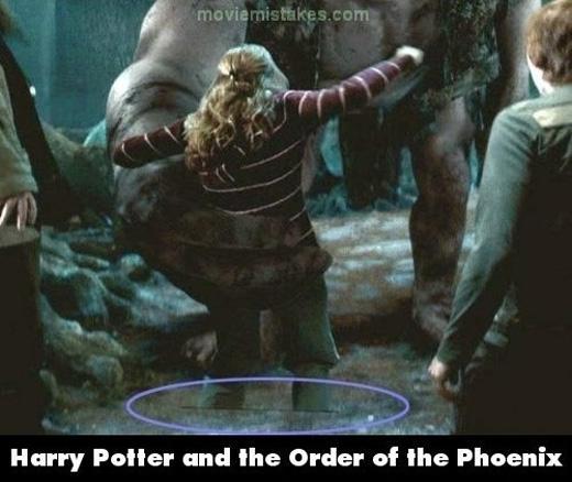 Chân của Hermione biến mất vì lỗi kĩxảo. À không, là do cô nàng độn thổ sót phầnthân đấy. (Ảnh: buzzfeed)