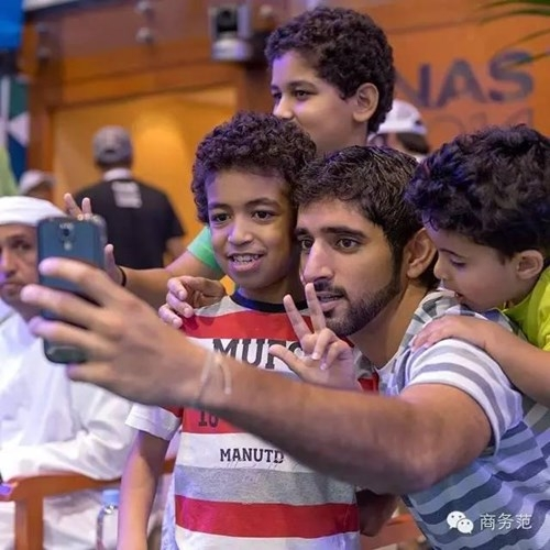 Đặc biệt chàng hoàng tử của Dubai cực kì thích trẻ em và anh thường xuyên chơi với chúng mỗi khi có thời gian rảnh rỗi.