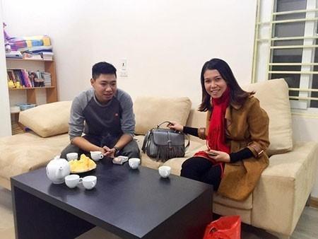 Nguyễn Tú (trái) đã trao trả chiếc túi cho chị Mai Anh.