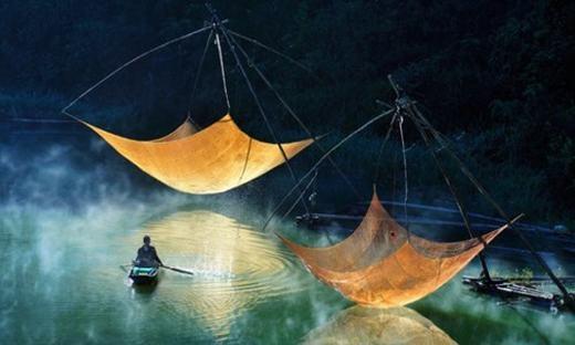 """Trong số 111 bức ảnh xuất sắc tham dự cuộc thi Nhiếp ảnh gia môi trường Atkins CIWEM 2015 của Tổ chức CIWEM (Anh), tác phẩm """"Ngư dân Việt Nam"""" của tác giả Lý Hoàng Long nhận được đánh giá cao. Bức ảnh đẹp Việt Nam này được trưng bày ở triển lãm nhiếp ảnh về môi trường Atkins CIWEM 2015."""