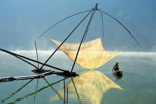 Hoang Long Ly gửi bức ảnh một người ngư dân đang kiểm tra vó trong buổi sáng sớm trên hồ Tuyền Lâm, Đà Lạt và tiến đến vòng chung kết của giải ảnh Smithsonian Annual Photo Contest.