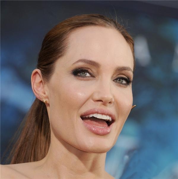 Diễn viên nổi tiếng thế giới AngelinaJolie là người phụ nữ quyến rũ nhất nhì trong giới showbiz cũng sở hữu hai chiếc răng thỏ. (Ảnh: Internet)