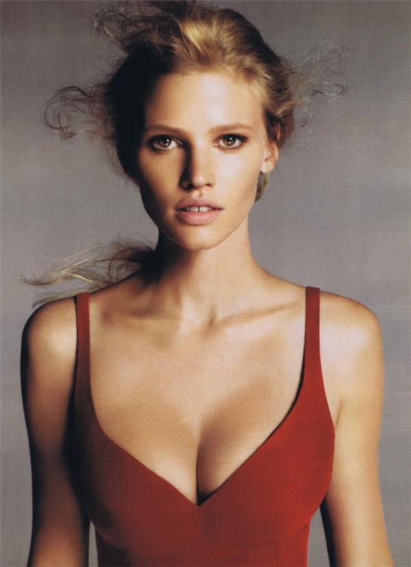 Cô nàng người mẫu Lara Stone là gương mặt quảng cáo chính của hãng thời trang nổi tiếng Calvin Klein.(Ảnh: Internet)