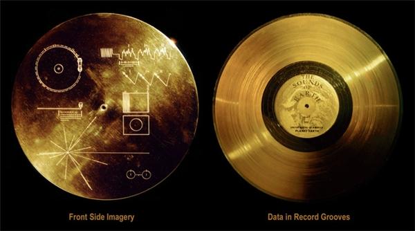 Đĩa vàng mang thông điệp trên tàu thăm dò Voyager.