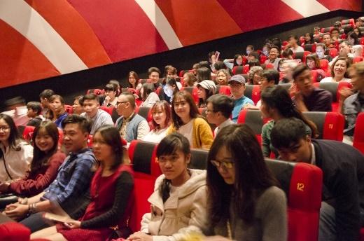 Rạp chiếu phim buổi ra mắt chật kín chỗ.