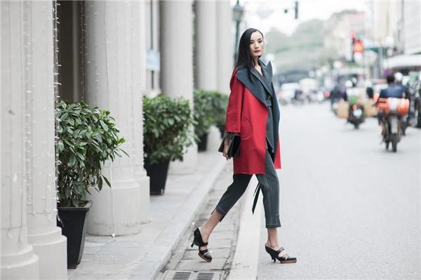 Chân dài mix áo khoác oversized cùng clutch và giày sandal cao gót để làm tăng sự sang trọng, thời thượng cho bộ trang phục.