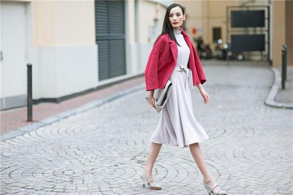 \ Thêm một sự lựa chọn khác mà các bạn gái nên học hỏi đó chính là kết hợp thiết kế váy xếp li bồng bềnh đi kèm áo khoác nổi bật và hút mắt.