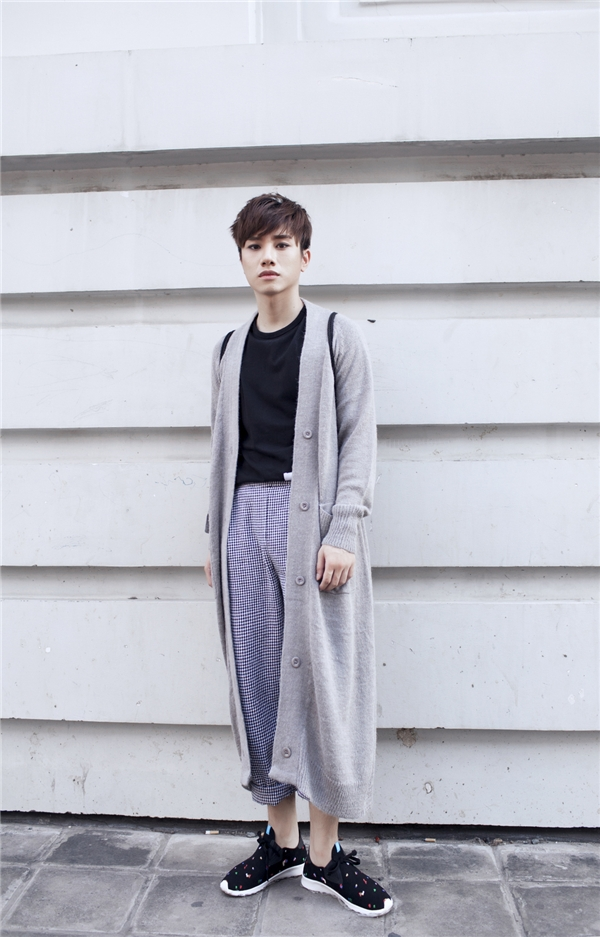 Cách kết hợp giữa áo phông, quần đáy thụng cùng áo khoác dáng dài bên ngoài mang đậm hơi thở thời trang của giới trẻ Nhật Bản. Những đường kẻ sọc li ti cùng gam màu xanh xám giúp các chàng trai trở nên trẻ trung, thu hút hơn.