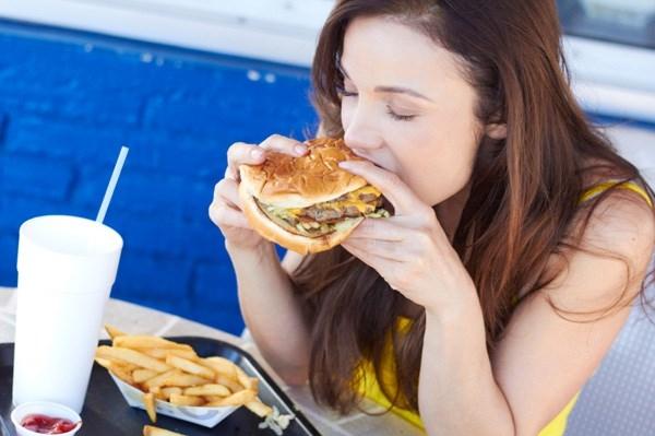 Vẫn béo, vẫn tăng cân và sao mãi không bao giờ giảm được. (Ảnh: Internet)