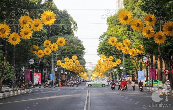 Chào đón năm mới, mỗi con đường ở Sài Gòn được trang trí theo một phong cách riêng nhưng chủ yếu tập trung vào các biểu tượng hoa. Được trang trí sớm nhất là con đường Lê Duẩn gần 3km từ Thảo Cầm Viên đi đến Dinh Độc lập trở nên vàng rực bởi những mô hình đèn bông hoa hướng dương treo hai bên đường.