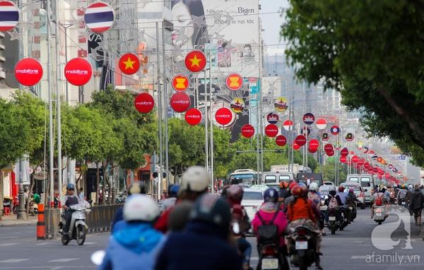 Con đường Nam Kỳ Khởi Nghĩa được trang trí bằng những hình ảnh ngôi sao và cờ của các nước trong cộng đồng Asean.