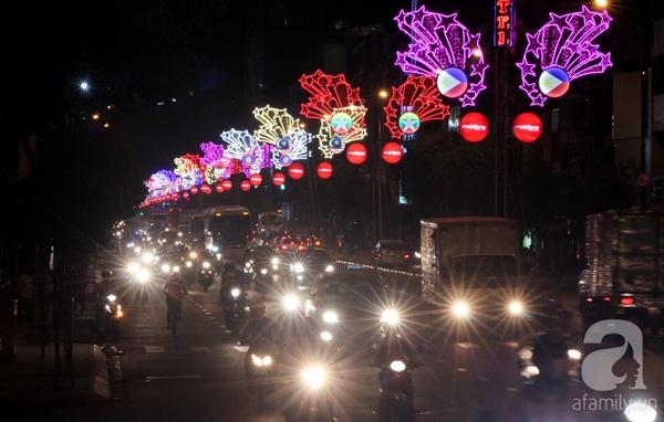 Và khi ánh đèn Sài Gòn bật lên, con đường Nam Kỳ Khởi Nghĩa trở nên lung linh, huyền ảo.