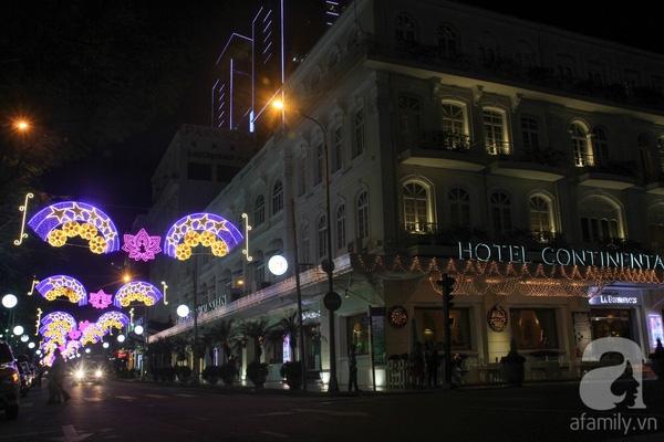 Đường Đồng Khởi bên hông khách sạn Continental năm nay được trang trí hoa mai với hoa sen kết hợp.