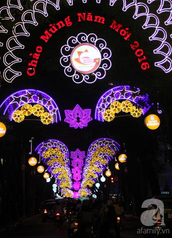 Dòng chữ Chào Mừng Năm Mới 2016 được giăng ngày phía đầu đường Đồng Khởi.