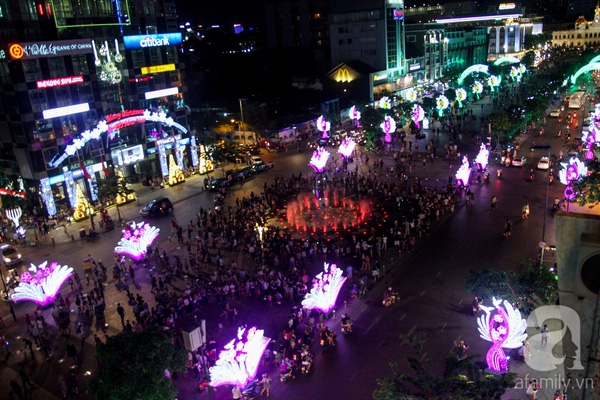 Nổi bật hơn cả là phố đi bộ Nguyễn Huệ, điểm nhấn của thành phố vừa được hoàn thành trong năm 2015. Cả con đường dài gần 2km được trang trí rực rỡ đèn hoa ở cả 4 làn đường cho xe máy và người đi bộ.