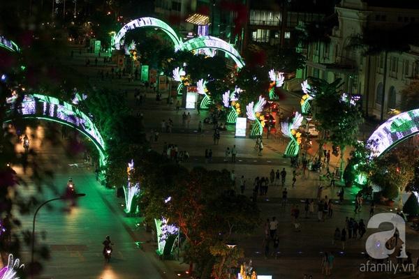 Hình ảnh con phố lung linh về đêm càng thu hút nhiều khách tham quan.
