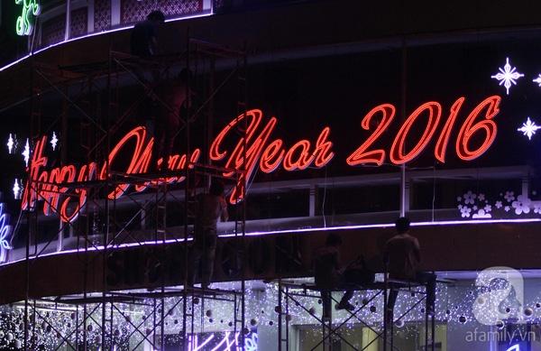 Một tòa nhà trên đường Nam Kỳ Khởi Nghĩa vẫn tất bật trang trí năm mới dù trời đã tối.