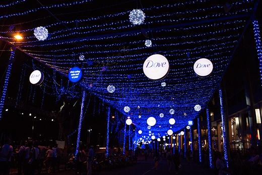 Conđường giáng sinh xanh dài kỉlục (gần 125m) cũng là một trong những điểm nhấnthú vị của lễ hội âm nhạc đặc biệt này. - Tin sao Viet - Tin tuc sao Viet - Scandal sao Viet - Tin tuc cua Sao - Tin cua Sao