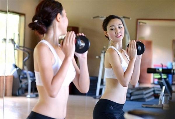 Cô tập gym để giữ vóc dáng gọn gàng.