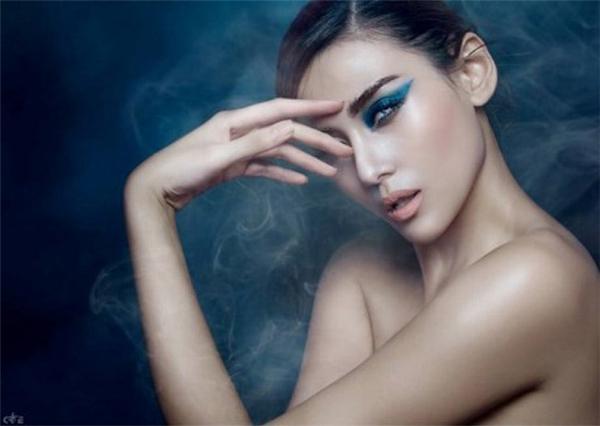 Đầu tháng 1 năm 2015, Hoàng Yến bị nghi dùng chất kích thích khi một số bức ảnh cô ngồi giữa làn khói thuốc bị tung lên mạng. Trả lời về tin đồn này, siêu mẫu cho biết cô bị người khác hãm hại và làn khói trong ảnh là khói sisha.