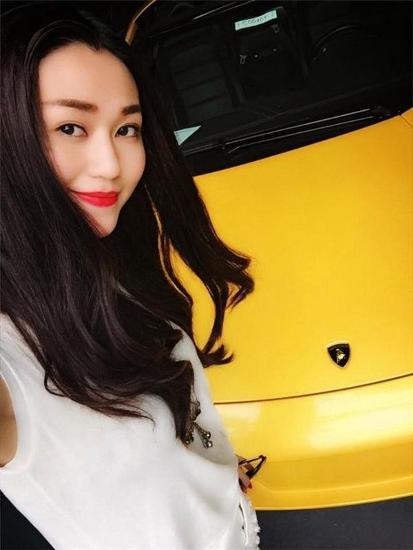 """Trong năm vừa qua, chân dài Khánh My cũng liên tục bị nghi là """"nổ"""". Cô từng khẳng định hồi đầu năm là sau 6 tháng sẽ """"tậu"""" siêu xe Lamborghini về Việt Nam nhưng tới nay vẫn chưa thấy bóng dáng chiếc xe này. Trước tin đồn chụp chung với chiếc Lamborghini trưng bày ở quận 7, TP.HCM, phía quản lý của cô khẳng định, ở thời điểm chân dài này đăng ảnh, không có bất cứ chiếc xe nào trong showroom tương tự ở Sài Gòn."""