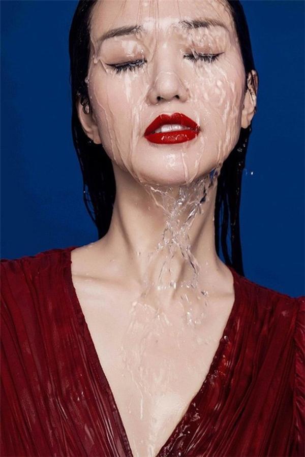 Tháng 9,2015, người đẹp này lại bị cho là gian dối khi khẳng định loạt ảnh cô chụp được đăng trên tạp chí nổi tiếng Vogue Ý online, trong khi trên thực tế chỉ được tải lên một sân chơi của Vogue, nơi mọi nhiếp ảnh gia đều có thể đăng ảnh của mình lên.