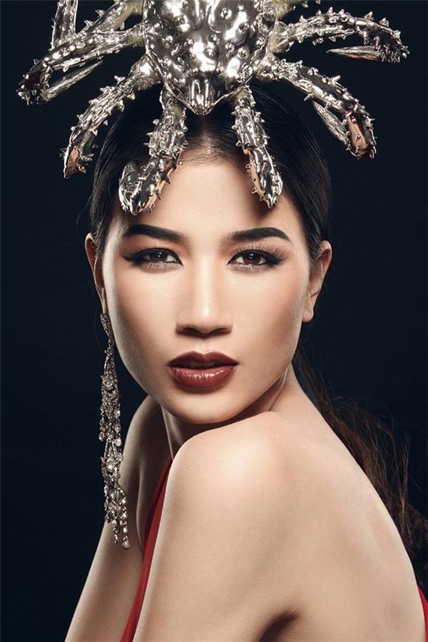 Tháng 2.2015, người mẫu Trang Trần bị bắt vì hành vi chống người thi hành công vụ. Tuy nhiên, sau đó cô đã viết kiểm điểm và được tại ngoại.