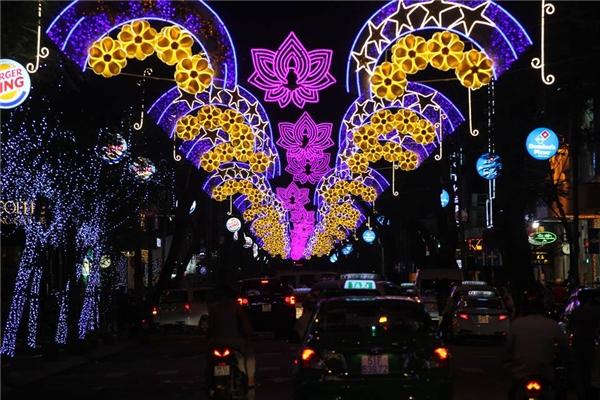 Các tuyến đường ở Sài Gòn đã được trang trí đẹp mắt để sẵn sàng đón chào năm mới. Ảnh: KT