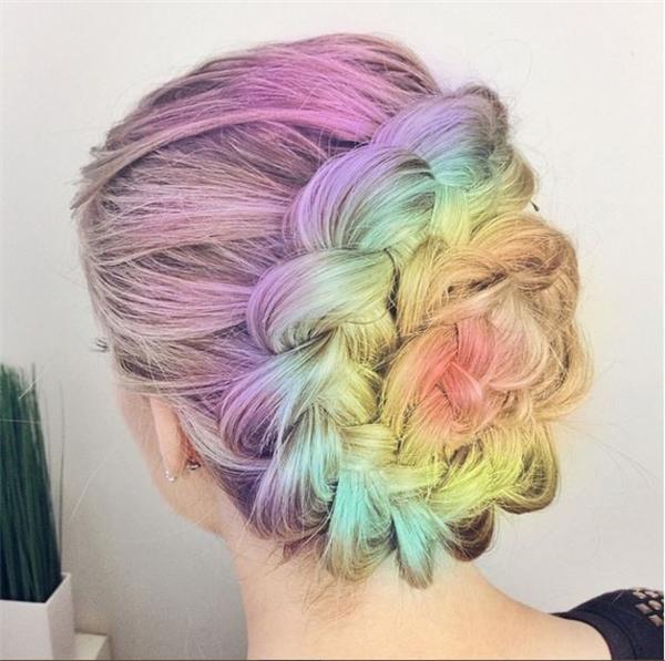 Kiểu tóc thắt bím cầu kì được nhuộm đa sắc trông vô cùng thú vị.