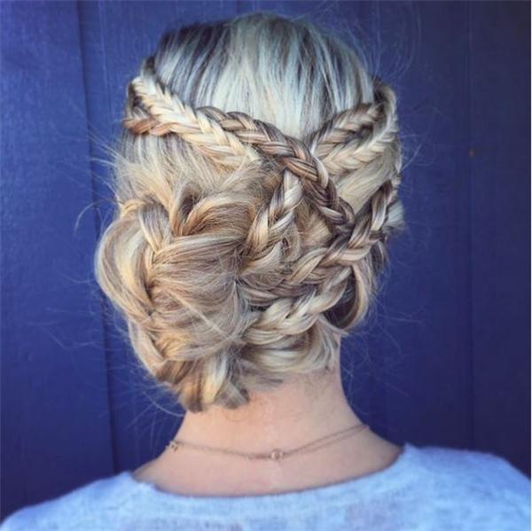 Những lọn tóc được thắt bím nhỏ và kết hợp đan chéo với nhau tạo nên tổng thể cầu kì. Phần đuôi tóc được quấn phồng để lệch lạ mắt.