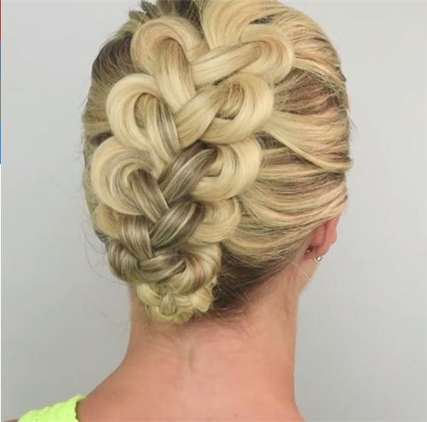Với kiểu tóc thắt bím vòng, các cô gái sẽ tạo ra những điểm thắt nút khá thú vị khi nhìn từ phía sau. Kiểu tóc này sẽ là một lựa chọn tuyệt vời cho những buổi tiệc sang trọng. Dù khá cầu kì nhưng sẽ giúp các cô nàng trông vô cùng gọn gàng, thoải mái.