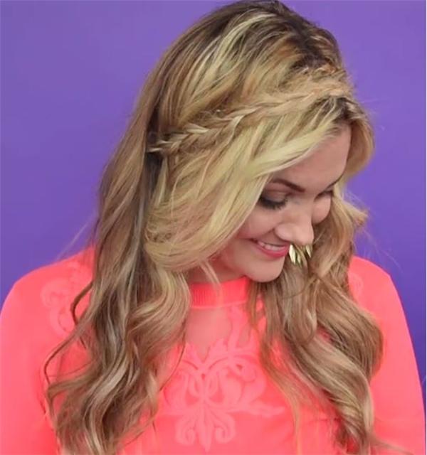 Với những cô nàng yêu thích vẻ ngoài đáng yêu, kiểu tóc uốn xoăn bồng bềnh kết hợp thắt bím nhỏ kéo xéo sẽ là lựa chọn phù hợp. Với kiểu tóc này, nên sử dụng thun và kẹp tăm để cố định phần bím tóc.