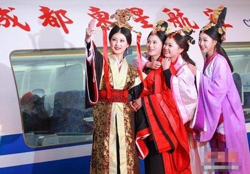 Tiếp viên hàng không hóa 'Mỹ nữ hậu cung' xinh đẹp
