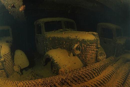 Vịnh Truk từng là chiến trận giữa Mỹ và Nhật. Cuộc giao tranh khiến 60 con tàu, 275 máy bay bị nhấn chìm, hàng ngàn người bị chết. Nhiều người đi qua đây đều cho biết họ nghe rõ tiếng động cơ tắt/bật dù xung quanh không hề có con tàu nào, nhất là khi lặn xuống dưới. (Ảnh: Internet)