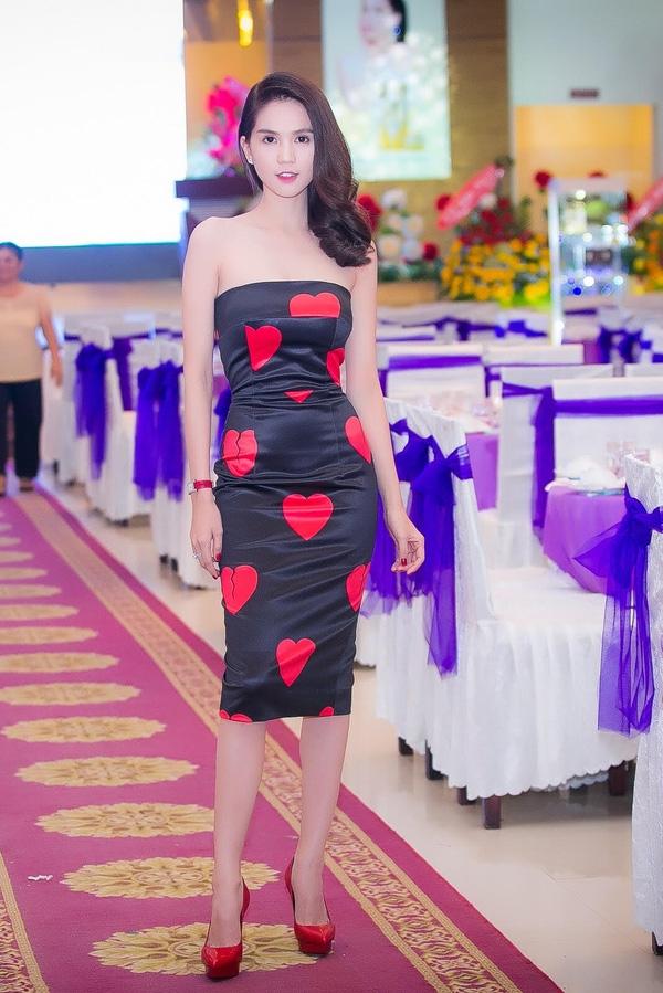 Đồng thời, Ngọc Trinh khẳng định những mẫu đầm họa tiết trái tim mà cô từng diện không phải vay mượn từ bộ sưu tập Thu - Đông 2015 của nhà thiết kế Đỗ Mạnh Cường…