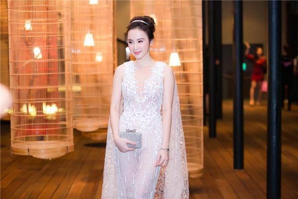 Angela Phương Trinh hóa thân thành thiên thần trên thảm đỏ show diễn kỉ niệm 5 năm làm nghề của nhà thiết kế Chung Thanh Phong với bộ váy có tông trắng thanh lịch, tinh khôi. Thiết kế được thực hiện trên nền vải xuyên thấu dệt kim kết hợp chi tiết ren đính kết cầu kì.