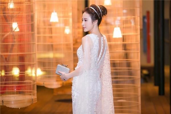 Ngoài ra, phần tay cape nhẹ nhàng giúp bộ trang phục trở nên bắt mắt hơn.